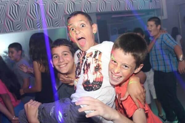 ילדים שמחים חוגגים באירוע פרטי בפעם בחיים