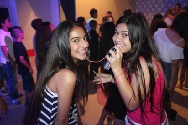 בנות נהנות באירוע בת מצווה במועדון פעם בחיים