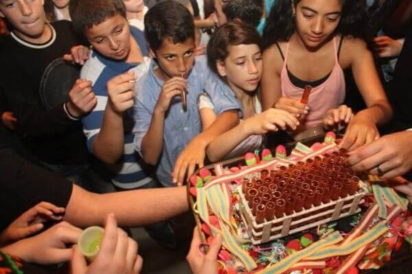 ילדים ועוגת יום הולדת מושקעת במסיבת יום הולדת