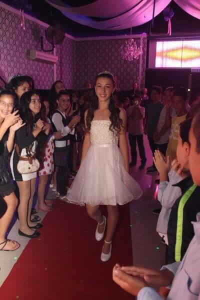 נערה בכניסה מלכותית לבת מצווה בפעם במועדון פעם בחיים