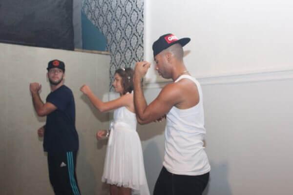רקדנים רוקדים עם כלת בת מצווה באירוע בת מצווה