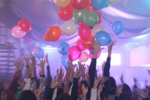 בלונים מתעופפים במסיבת בת מצווה במועדון של פעם בחיים