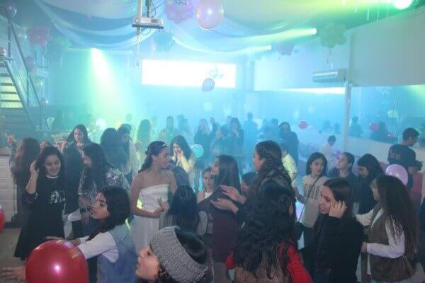בני נוער חוגגים במסיבת בת מצווה במועדון של פעם חיים