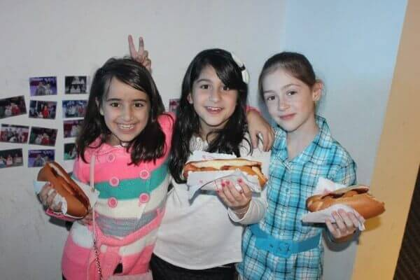 ילדות נהנות במסיבת יום הולדת במועדון פעם בחיים